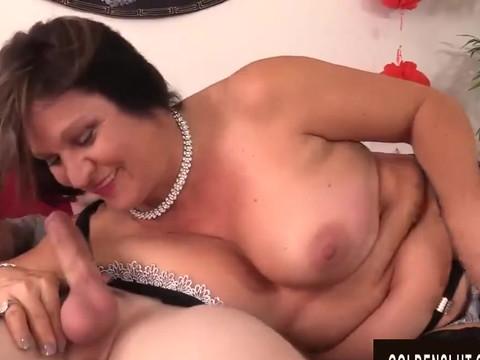 Брюнетка с классными дойками занимается межрасовым сексом с очередным черным любовником