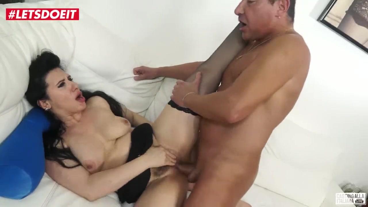 Сексуальные мамочки в одних чулочках позируют перед камерой - порно фото