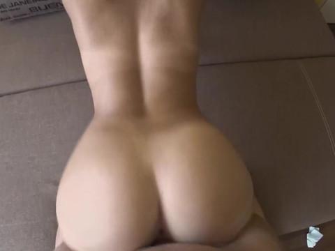 Блондинка в униформе раздвигает ноги для домашнего порно с другом от первого лица